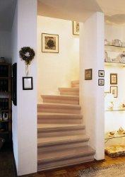 Treppe mit Teppich nach der Renovierung