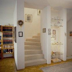Treppe mit Teppich vor der Renovierung
