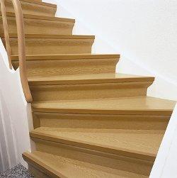 Holztreppe nach der Renovierung